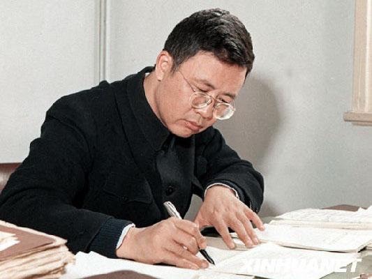 人民数学家华罗庚  青年时期的华罗庚   华罗庚同志是当代自学成才的科学巨匠,是萤声中外的数学家。他是中国解析数论、典型群、矩阵几何学、自守函数论与多复变函数论等很多方面研究的创始人与开拓者。   1910年11月12日出生于江苏省金坛县一个小商人家庭,身高1.65米,父亲华瑞栋,开一爿小杂货铺,母亲是一位贤惠的家庭妇女。他12岁从县城仁劬小学毕业后,进入金坛县立初级中学学习。1925年初中毕业后,因家境贫寒,无力进入高中学习,只好到黄炎培在上海创办的中华职业学校学习会计。不到一年,由于生活费用昂贵,