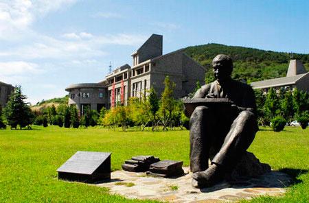正如这所欧式古堡建筑风格的大学校园里所